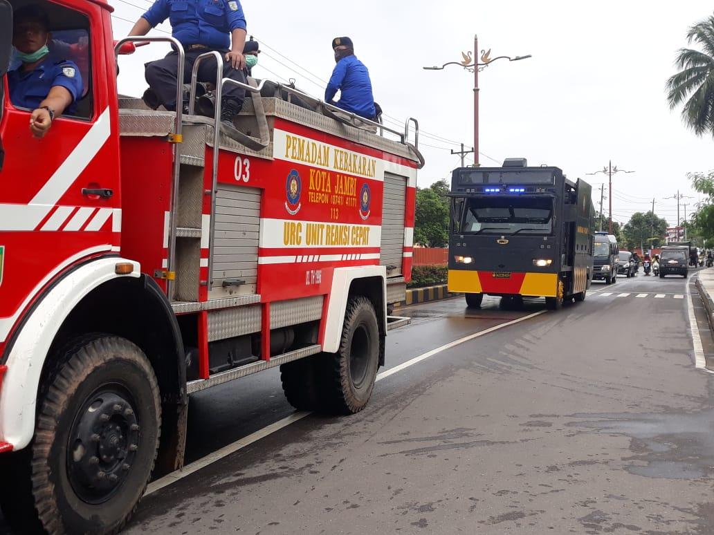 Personel Ops Kontijensi Aman Nusa II Polda Jambi Berkeliling Semprotkan Disinfektan