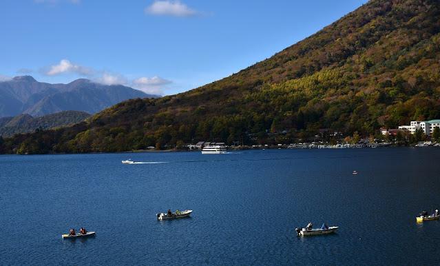 中禅寺湖の湖面に浮ぶ多くのボートではワカサギ釣りをしている