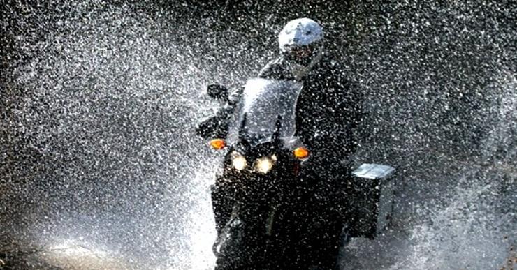 5 Hal yang Harus Diperhatikan Saat Bermotor di Musim Hujan