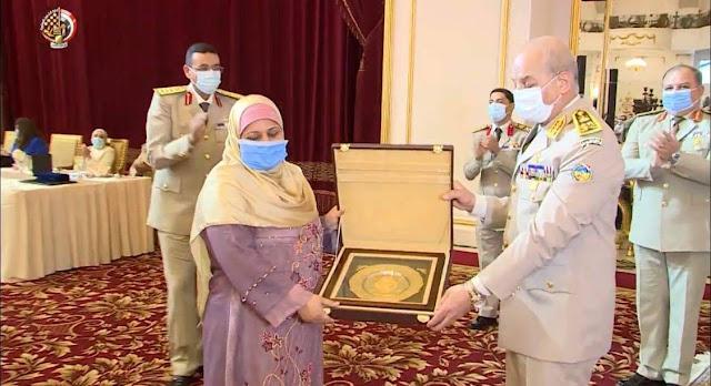وزير الدفاع يكرم السيدة صفية والمعروفة إعلاميا بسيدة موقف الشهامة بـقطار المنصورة