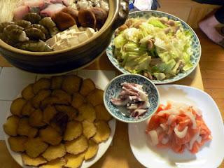 夕食の献立 海鮮チゲ ホルモン炒め 刺身 いぶりがっこ