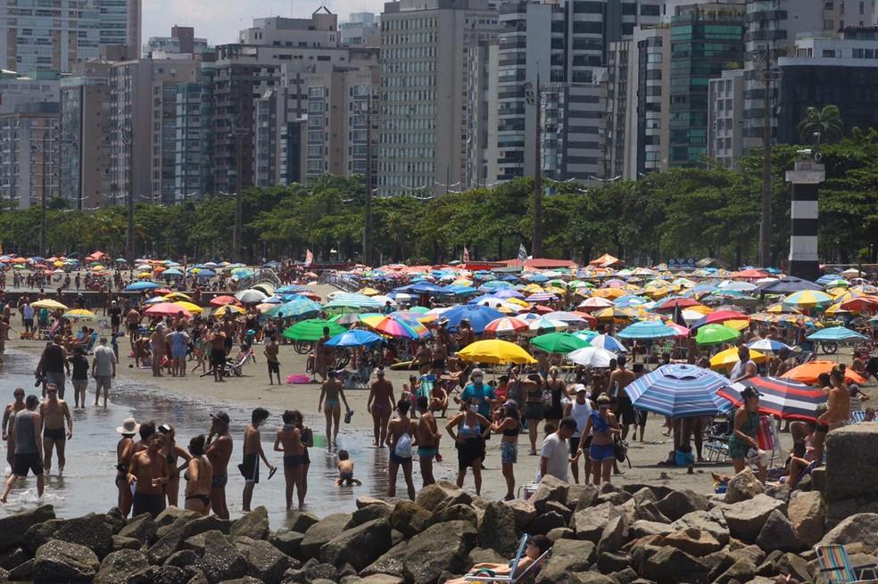 Banhistas vão às praias de Santos (SP) neste domingo (14) de carnaval — Foto: Vanessa Rodrigues/Jornal A Tribuna