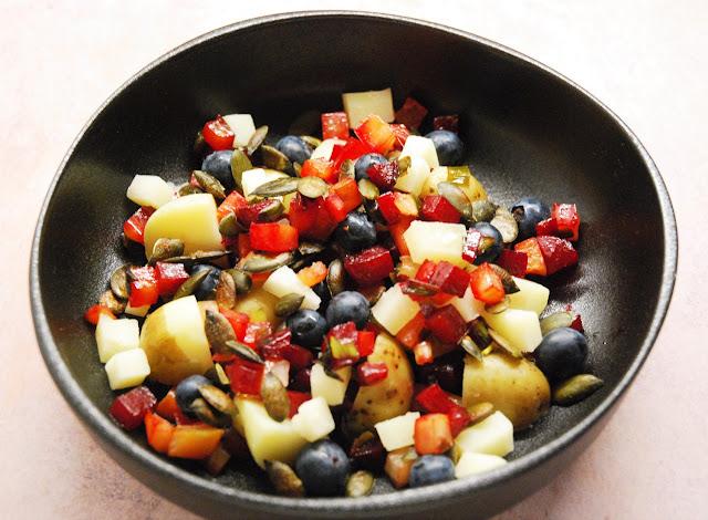 Salade betteraves, cébettes, myrtilles et brebis