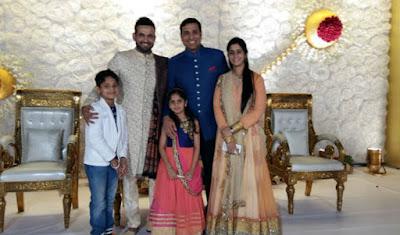 VVS-Lakshman-with-family-in-irfan-pathan-wedding