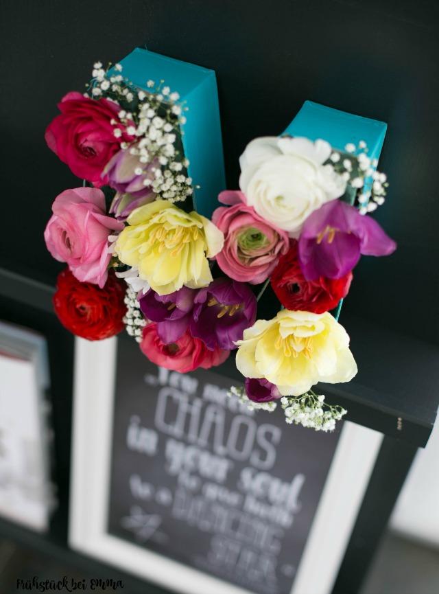 Pappbuchstaben mit echten Blumen