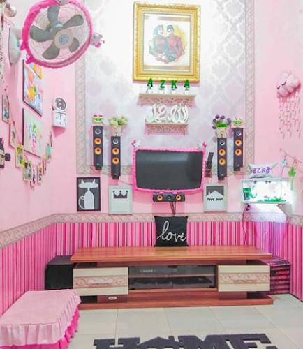 ruang keluarga warna pink yang lucu