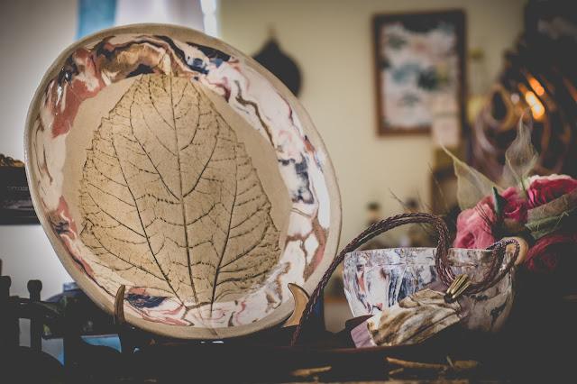 Prato, bow e colar de cerâmica