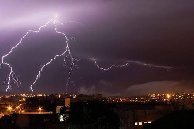 A foto mostra raios sobre  Porto Alegre vem temporal forte.