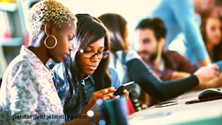 Jeunes femmes regardent téléphone, agner argent en ligne avec un travail de transcripteur expert à distance
