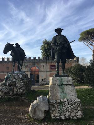 Canonica mulo alpino statue