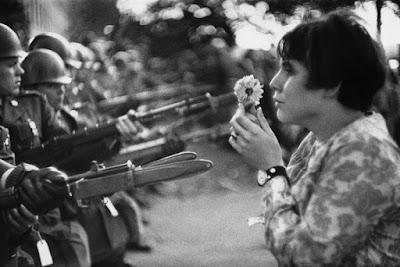 La jeune fille à la fleur - marc Riboud - 1967