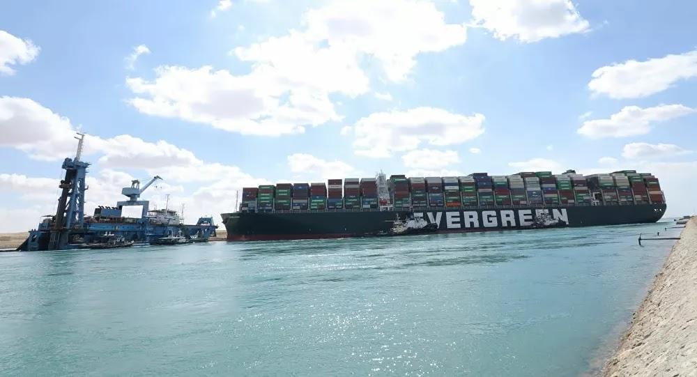 إعلام: السفينة الجانحة في قناة السويس زحزحت عن مكانها لأول مرة