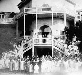 Black-and-white photo of students outside Mary Immaculate Convent in Key West in the 1890s