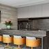 Espaço gourmet contemporâneo com estar decorado em tons de cinza e acabamento fosco!