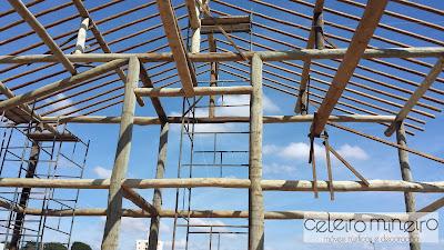 estrutura em toras de madeira