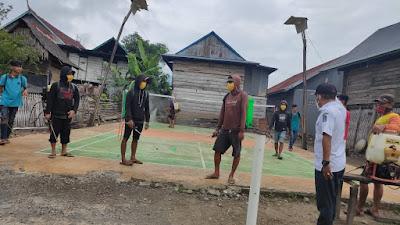 Halau Corona, Kades Labissa  Bagikan Masker pada Warganya