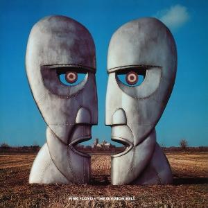 Portada del The Division Bell en 1994. Se muestran dos inmensas caras curvosas y angulosas de perfil, una enfrente de la otra