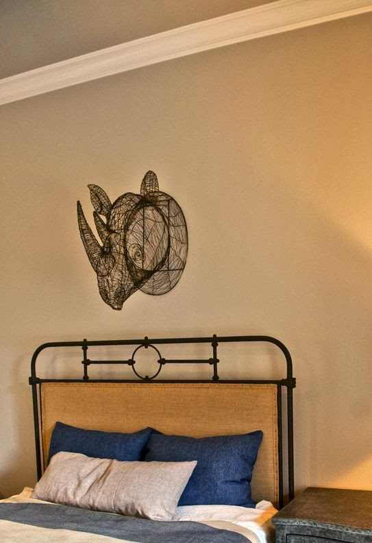 cabeza de rinoceronte de alambre en la pared