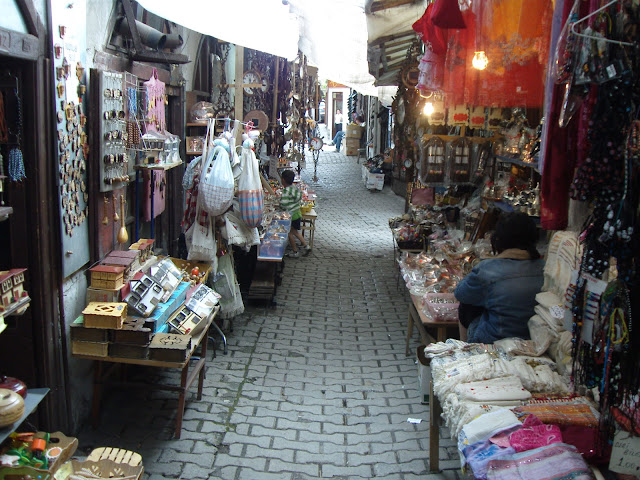 Safranbolu'da dar bir sokağa kurulmuş tezgahlar. Safranbolu, Eski Çarşı