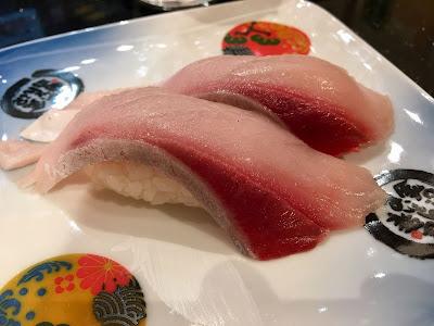 金沢まいもん寿司のハマチとろ(390円)