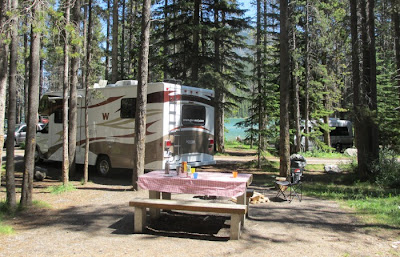 26S motorhome fra Go West på Two Jack Lake campingpladsen i Banff National Park, Canada.