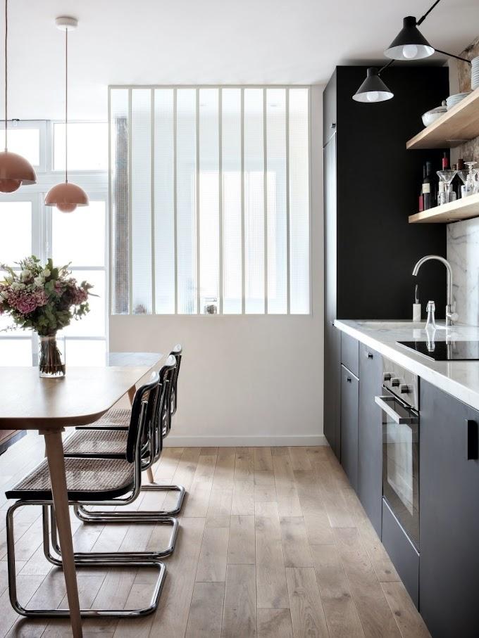 [Piccoli spazi] Un mini-loft parigino rivisita lo stile industriale ottimizzando gli spazi