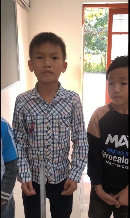 Tôi phê bình hành động cầm phớ để hỏi chuyện các cháu của cô giáo :3