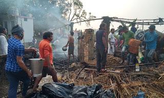 छप्पर में लगी आग, सामान जलकर राख  | #NayaSaberaNetwork