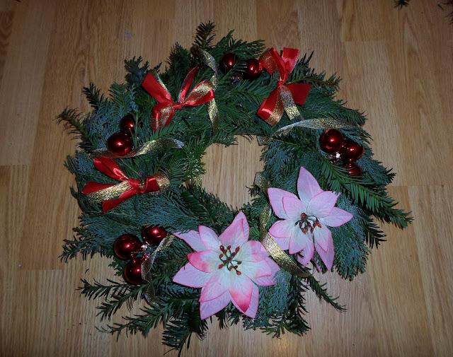 Jak zrobić wianek świąteczny z papierowej wikliny? DIY stroik na cmentarz