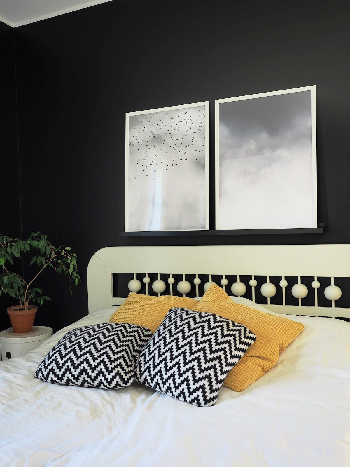 desenion julisteet, musta seinä