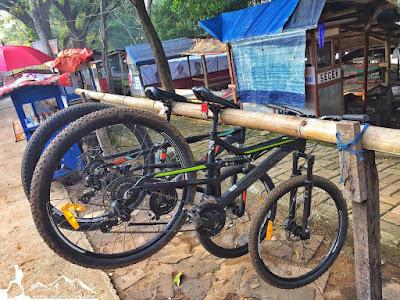 ada parkiran sepeda di danau cibereum