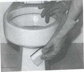 Gambar: Menggosok bagian Jamban