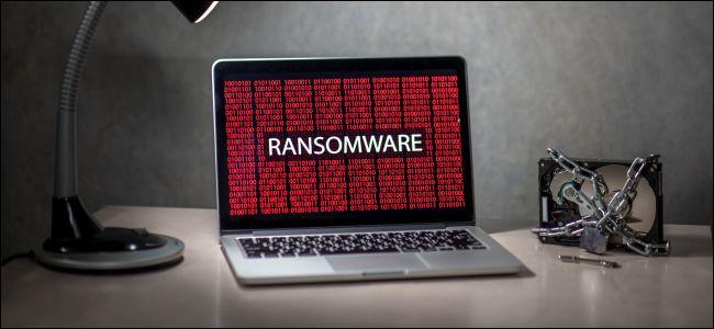 Ransomware على جهاز كمبيوتر محمول مع القرص الصلب مغلق.