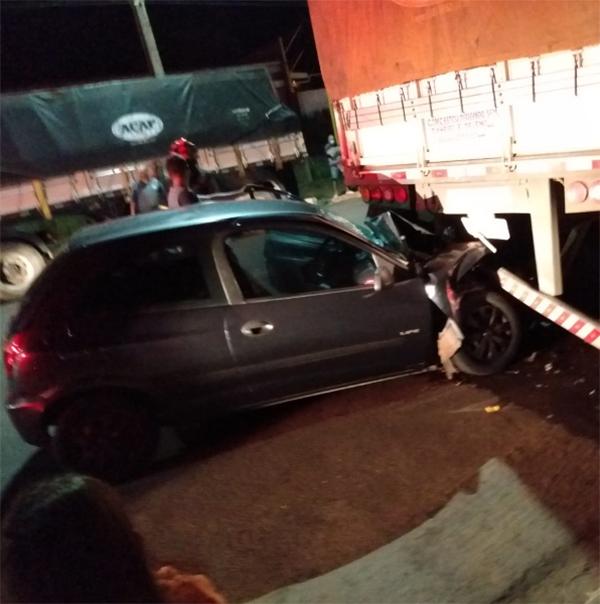 Motorista fica ferido após bater carro na traseira de caminhão estacionado em Adamantina
