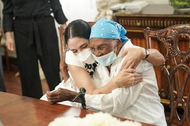 Primera dama cumple sueño de anciana de 111 años y le regala vivienda