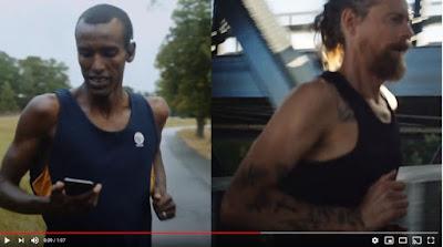 Skärmbild från reklamfilmen för appen. Mustafa Mohamed springer och tittar ner i sin telefon.