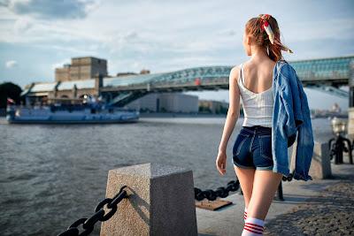 Chica en shorts paseando por el puerto