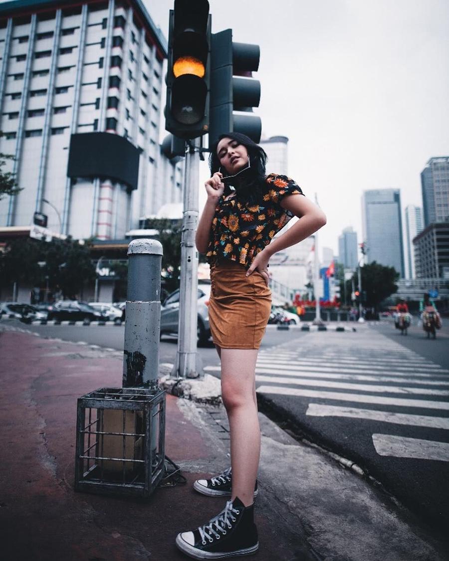 Amanda Manopo rok mini foto di lampu merah