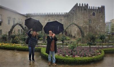 a passear com guarda chuva