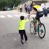 Vídeo del precioso gesto de George Bennett con un joven aficionado (Adriel) de la Escuela Ciclista Stefano Garzelli