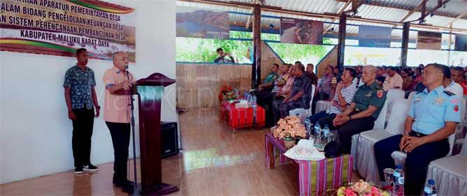 """Tiakur, Malukupost.com - Dinas Pemberdayaan Masyarakat Desa, Pengendalian Penduduk dan Keluarga Berencana (PMDP2KB) Kabupaten Maluku Barat Daya (MBD) menggelar pelatihan aparatur Desa dalam bidang pengolaan keuangan Desa dan perencanaan pembangunan Desa Tahun 2019 yang dibuka secara resmi oleh Bupati setempat, Benyamin T Noach di cafe koli, Tiakur, Jumat (8/11).    Noach dalam sambutannya mengatakan, pelatihan itu dimaksudkan untuk meningkatkan kapasitas kepempinan aparatur guna mendorong terwujudnya satu pemerintahan yang bersih dan baik.    """"Serta mampu mengembangkan dan menerapkan prinsip-prinsip pemerintahan yang modern yaitu profesional, akuntabel, transparan pelayanan prima, demokrasi, efisien dan mengedepankan supermasi hukum yang dilandasi oleh budaya kalwedo,"""" ujarnya."""