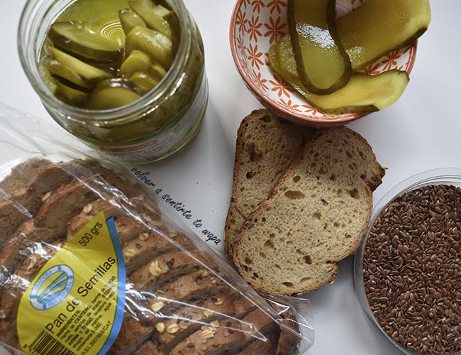 Alimentos Saludables: Pan de Semillas, Pepinillos y Semillas de Lino