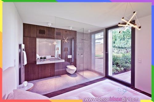 جدار من الزجاج يفصل الغرفة مع الحمام