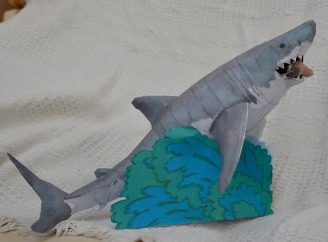 papermau zoo tycoon collection the great white shark paper   british designer crazy fish lady aka drwheeliemobile created this very well done paper model of the white shark immortalized at lunchtime poor