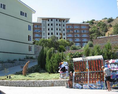 Вид с набережной на новый корпус, построенный летом 2011 года