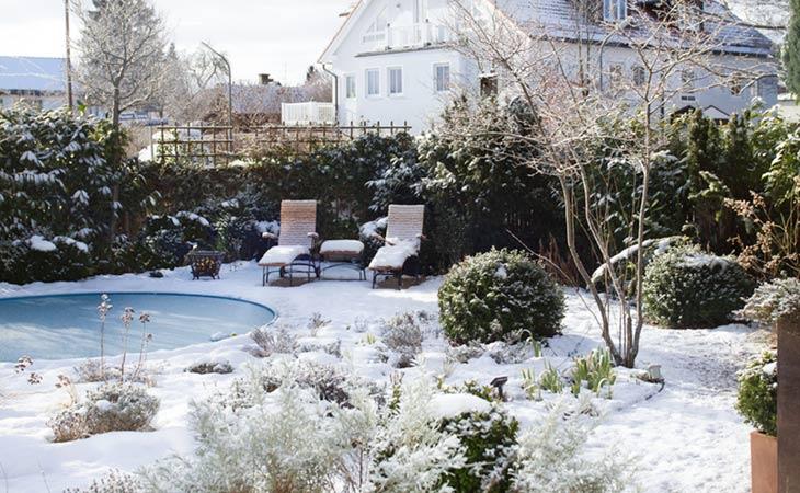 Ein verschneiter Garten kann so schön sein! Immergrüne, Gräser und Gartenmöbel sorgen auch im Winter für einen attraktiven Anblick