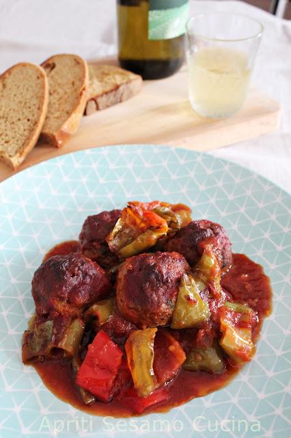 Polpette, peperoni e sugo. Ricetta della cucina greca.