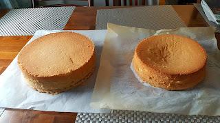 Kuvassa vasemmalla kuohkea kakkupohja, ja vasemmalla lässähtänyt kakkupohja.