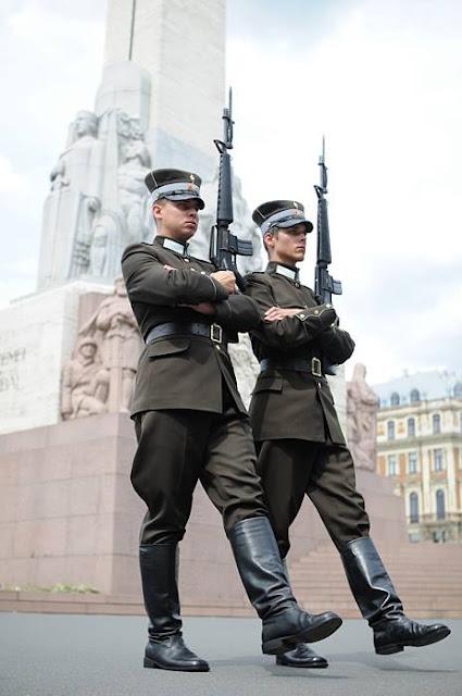 2009 год. Рига. Смена караула у Памятника свободы и независимости