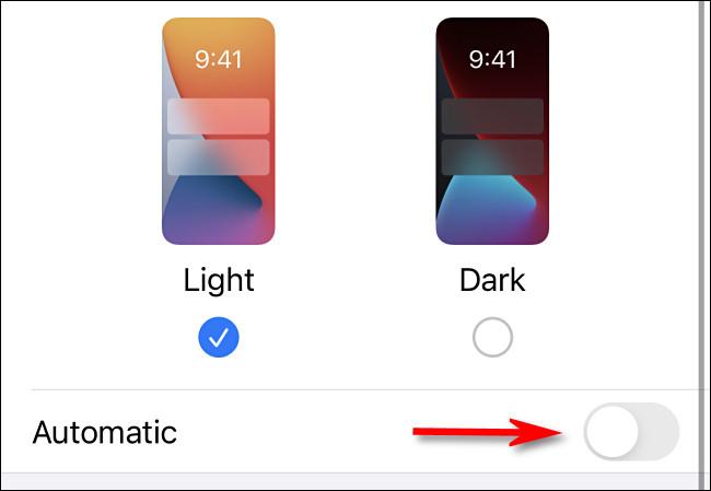 """في إعدادات iPhone ، اضغط على مفتاح التبديل """"تلقائي"""" لتشغيله"""